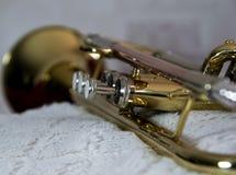 Fim da trombeta do instrumento de bronze acima fotos de stock