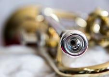 Fim da trombeta do instrumento de bronze acima fotografia de stock royalty free