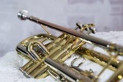Fim da trombeta do instrumento de bronze acima imagens de stock royalty free
