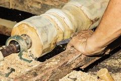 Fim de giro de madeira acima de um carpinteiro que gira de madeira em um torno Imagens de Stock Royalty Free