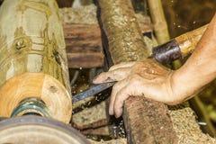 Fim de giro de madeira acima de um carpinteiro que gira de madeira em um torno Imagem de Stock