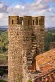 Fim de pedra medieval da torre do castelo acima com paisagem e o céu azul foto de stock