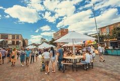 Fim de semana da cidade com os povos que andam em torno das despensas no festival popular do alimento da rua Foto de Stock Royalty Free