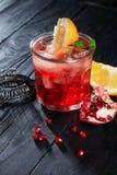 Fim delicioso acima da vista no cocktail alcoólico vermelho Vidro com os utensílios do gelo, da bebida, do limão e da barra no fu foto de stock royalty free