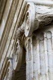 Fim do baixo ângulo acima do capital de coluna iônico da ordem fotos de stock royalty free
