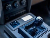 Fim do botão do deslocamento de engrenagem disparado acima em um caminhão, profundidade de campo rasa fotografia de stock royalty free