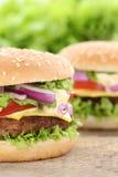 Fim do close up do Hamburger do cheeseburger acima da alface ch dos tomates da carne Fotos de Stock Royalty Free