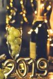Fim do conceito do ano Vidro do champanhe com uvas para dentro fotografia de stock royalty free