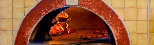 Fim do cozimento da pizza acima no forno imagem de stock