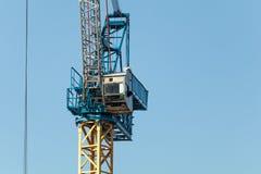 Fim do guindaste de construção acima com céu azul fotos de stock