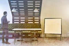 Fim do interior do café do estilo de Eco acima do cartaz, homem Imagens de Stock