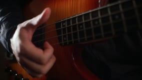 Fim do jogador de guitarra-baixo que joga acima o baixo do virtuoso video estoque