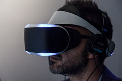 Fim do lado de Morpheus dos auriculares de Sony VR acima Fotos de Stock