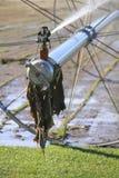Fim do meio no bocal industrial da irrigação da exploração agrícola Foto de Stock
