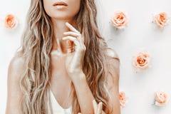 Fim do modelo de forma acima do retrato com rosas e poeira dourada Fotos de Stock