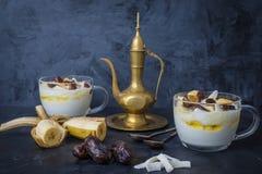 Fim do petisco de Iftar ou de Suhoor acima das datas com iogurte imagem de stock