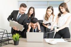 Fim do prazo faltante do executivo empresarial masculino na mesa fotografia de stock royalty free