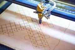 Fim do processo do corte do laser da madeira compensada acima imagens de stock royalty free