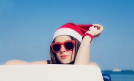 Fim do retrato acima de um adolescente bonito no chapéu de Santa Claus foto de stock royalty free
