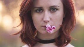 Fim do retrato da cara acima - mulher nova feliz do dan?arino do curso que aprecia o tempo livre em um parque da flor de cerejeir vídeos de arquivo