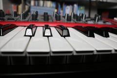 Fim do teclado do sintetizador acima em uma sala Foto de Stock