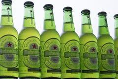 Fim do vidro de garrafa do verde da cerveja de Heineken acima Imagens de Stock