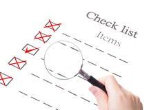 Fim do vidro do papel e do magnifier da lista de verificação acima Imagem de Stock