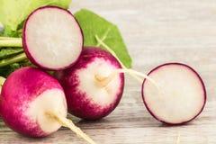 Fim e corte cor-de-rosa e brancos do rabanete na placa Imagem de Stock