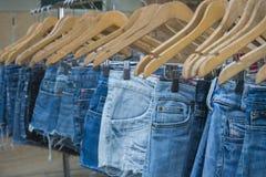 Fim eliminado fêmea da tenda do mercado das calças de brim acima Foto de Stock