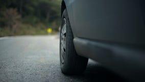 Fim esquerdo dianteiro do pneu do ` s do carro acima do vídeo vídeos de arquivo
