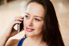 Fim exterior acima do retrato da menina moreno bonita nova que fala no telefone, nenhuma composição Imagens de Stock