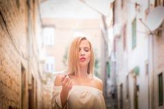 Fim exterior acima do retrato da mulher modelo na roupa elegante Fotografia de Stock Royalty Free