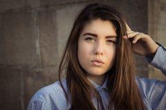 Fim exterior acima do retrato de um adolescente bonito fotografia de stock