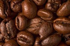 Fim extremal dos feijões de café acima imagem de stock royalty free