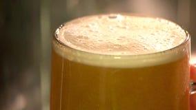 Fim extremo acima da cerveja inglesa grossa do esboço, lento-movimento video estoque