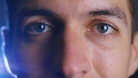Fim extremo acima dos olhos bonitos do homem considerável novo Senhora facial de Expressions video estoque