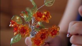 Fim feito a mão da flor decorativa acima vídeos de arquivo