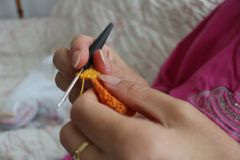 Fim feito a mão de confecção de malhas do trabalho da mulher acima Fotografia de Stock Royalty Free