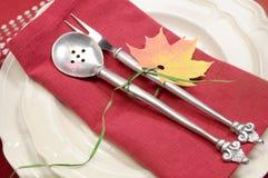 Fim fino festivo do ajuste da mesa de jantar do tema vermelho e branco acima Fotografia de Stock Royalty Free