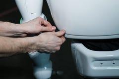 Fim futurista branco moderno do robô do humanoid acima do tiro foto de stock royalty free