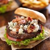 Fim gourmet do Hamburger do queijo e do bacon do bleu acima Imagens de Stock