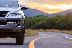 Fim honesto do estacionamento de prata novo do carro de SUV na estrada asfaltada Fotografia de Stock Royalty Free