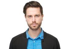 Fim horizontal acima do retrato de um homem novo com a barba que olha a câmera imagem de stock royalty free