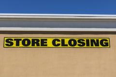 Fim horizontal acima do tiro do sinal de fechamento da loja em um negócio varejo da alameda foto de stock royalty free
