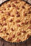 Fim italiano de Sbrisolona do bolo da amêndoa acima no prato do cozimento Vertica Imagens de Stock