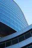 Fim moderno do prédio de escritórios acima fotografia de stock