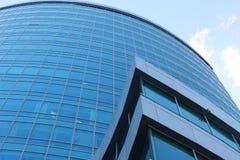 Fim moderno do prédio de escritórios acima imagem de stock