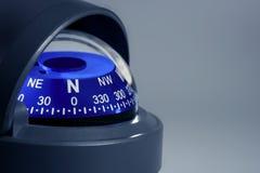 Fim náutico azul do compasso acima imagens de stock