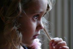 Fim pensativo acima de uma menina da criança de três anos fotografia de stock royalty free