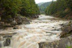 Fim poderoso de Probiy da cachoeira acima em Yaremche, Ucrânia Fotografia de Stock